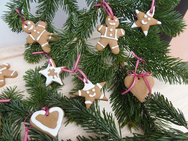 Albero Di Natale Decorato Con Biscotti.Omini Di Pan Di Zenzero Da Appendere All Albero Formine E Mattarello
