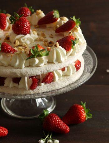 torta-meringa-nocciole-fragole